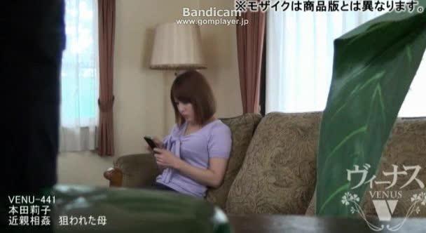 本田莉子 エアコン業者の若い男を誘惑し昼間から他人棒を咥える巨乳妻!ギンギンに勃起したチンコを挿入され最後はたっぷり顔射でフィニッシュ!
