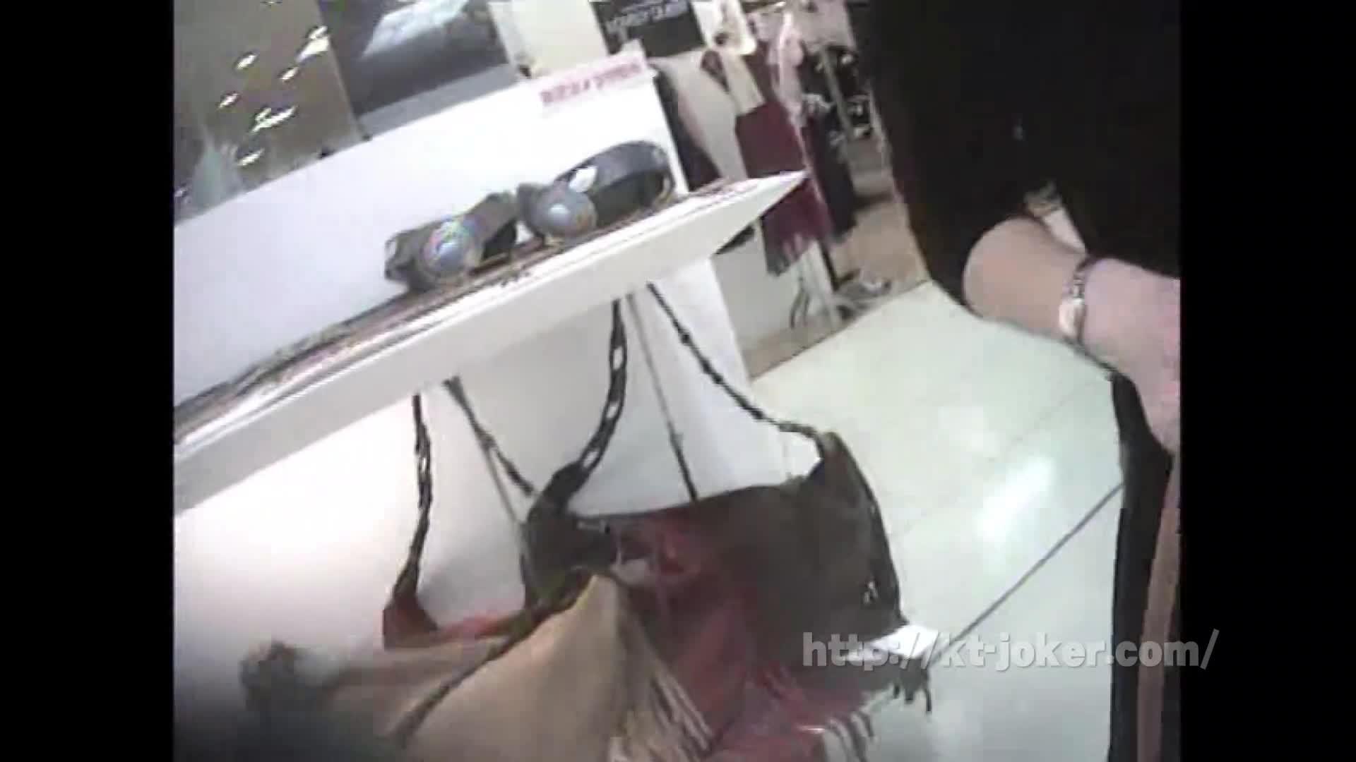 接客中の美人ショップ店員を狙い胸チラ盗撮!貧乳でブラが浮き、乳首まで見えちゃう!
